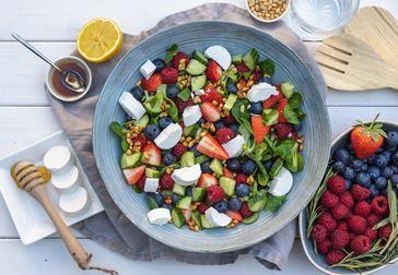 Fruktsallad med getost, jordgubbar och blåbär