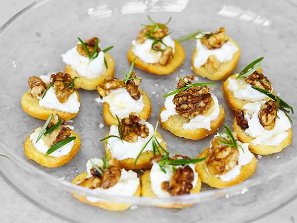 Crostini med päron och honungsrostade valnötter