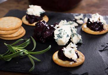 Blåmögelost med choklad- och vinbärsmarmelad