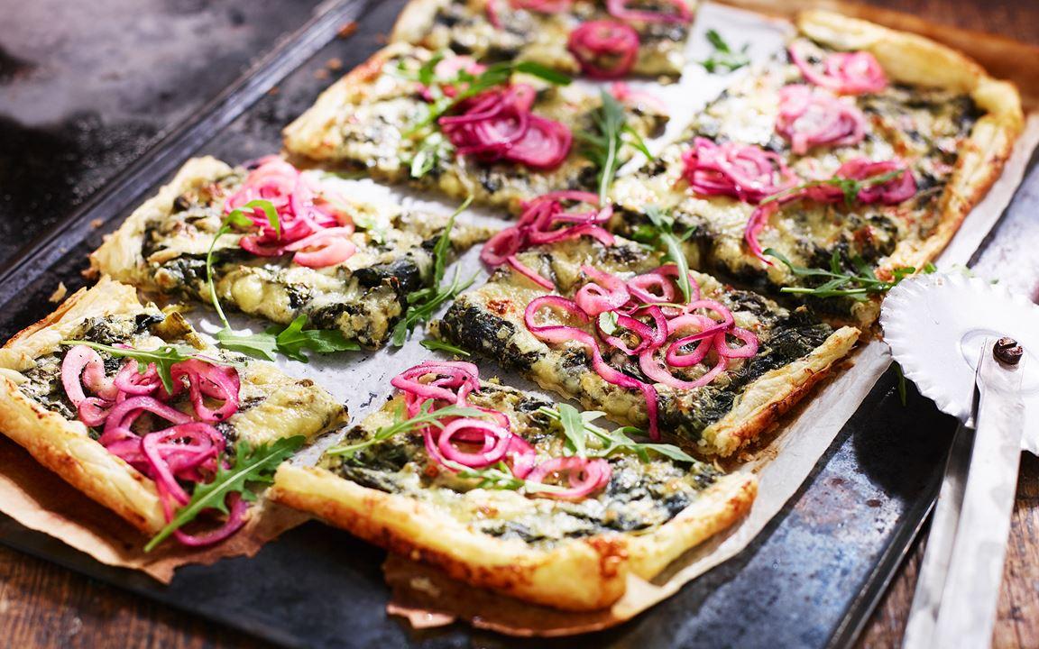 Smördegspizza med spenat och picklad rödlök
