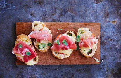 Pinchos med cheddar och skinka