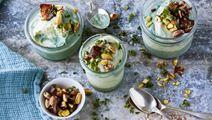 Avokadoyoghurtglass med dadelströ, pistagenötter och persilja