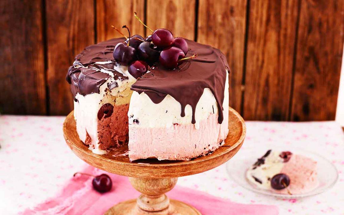 Glasstårta med körsbär och choklad
