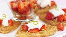 Våfflor med passionsfrukt och jordgubbar