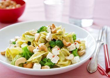 Tortellini med ost, broccoli och avokado