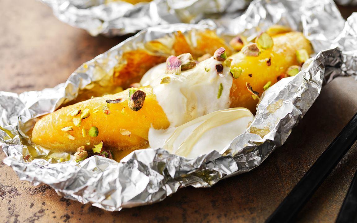 Grillad banan med honungsyoghurt och pistagenötter