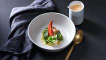 Skaldjursbisque med hummer och picklad gurka