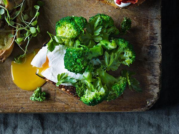 Ljummen broccoli med örter och pocherat ägg