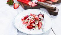 Rabarber och jordgubbar med vit chokladsås och kardemumma