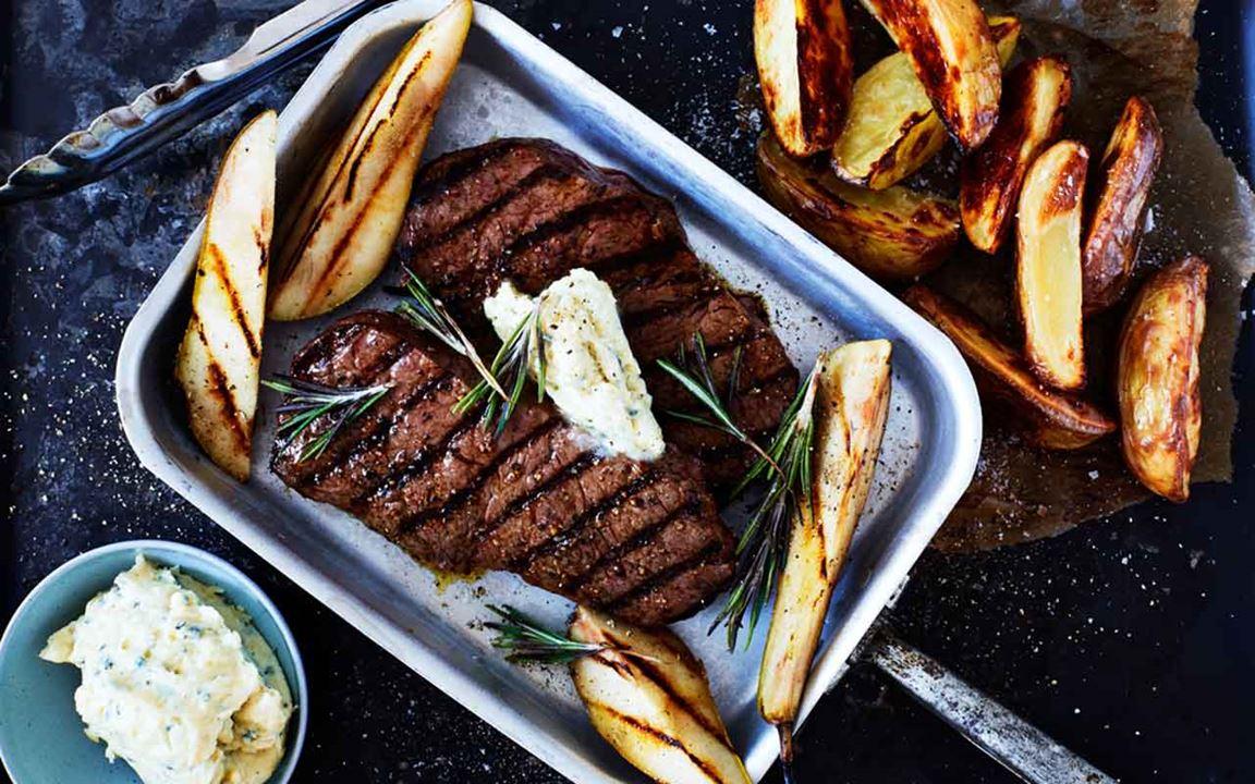Grillad biff med bluecheesesmör, grillat päron och ugnsrostad potatis