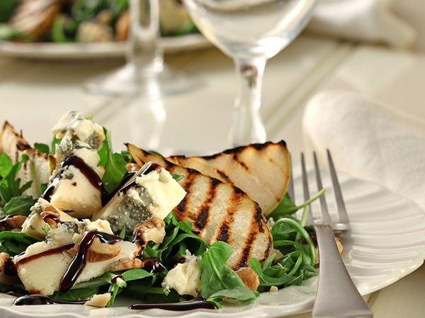 Sallad med ost och grillat päron