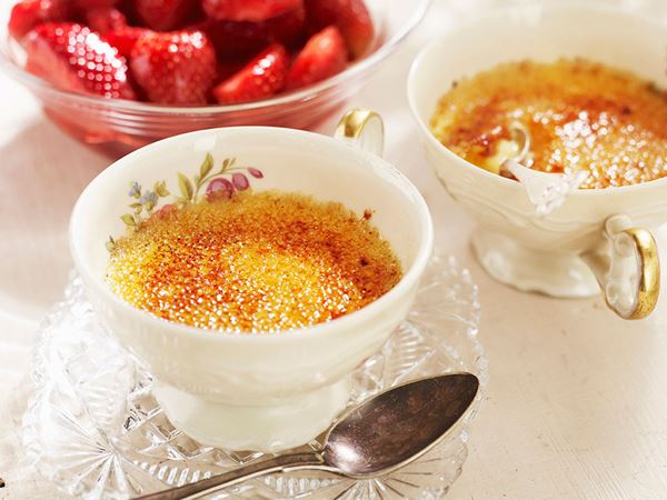 Crème brulée med rårörda jorgubbar