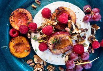 Grillad brie med frukt och nötter