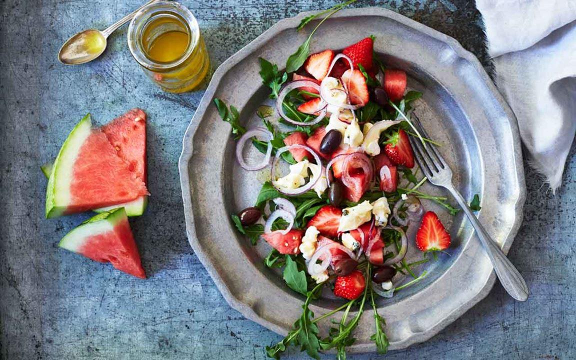 Sallad med vattenmelon, jordgubbar, oliver och grönpepparost
