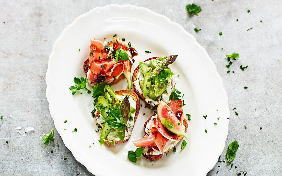 Crostini med sparris och prosciutto