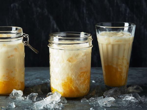 Kokossmoothie med mango, passion och ananas