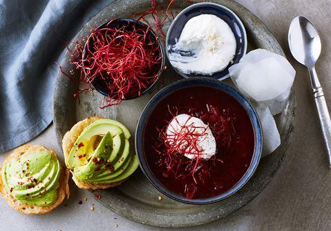 Rödbetssoppa med pepparrotskvarg, rödbetsskott och hyvlad kålrabbi