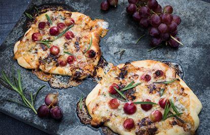 Gorgonzolapizza med vindruvor och honung