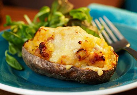 Dubbelbakad potatis med bacon och ost