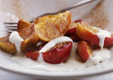 Stekta äpplen med syrlig vaniljsås