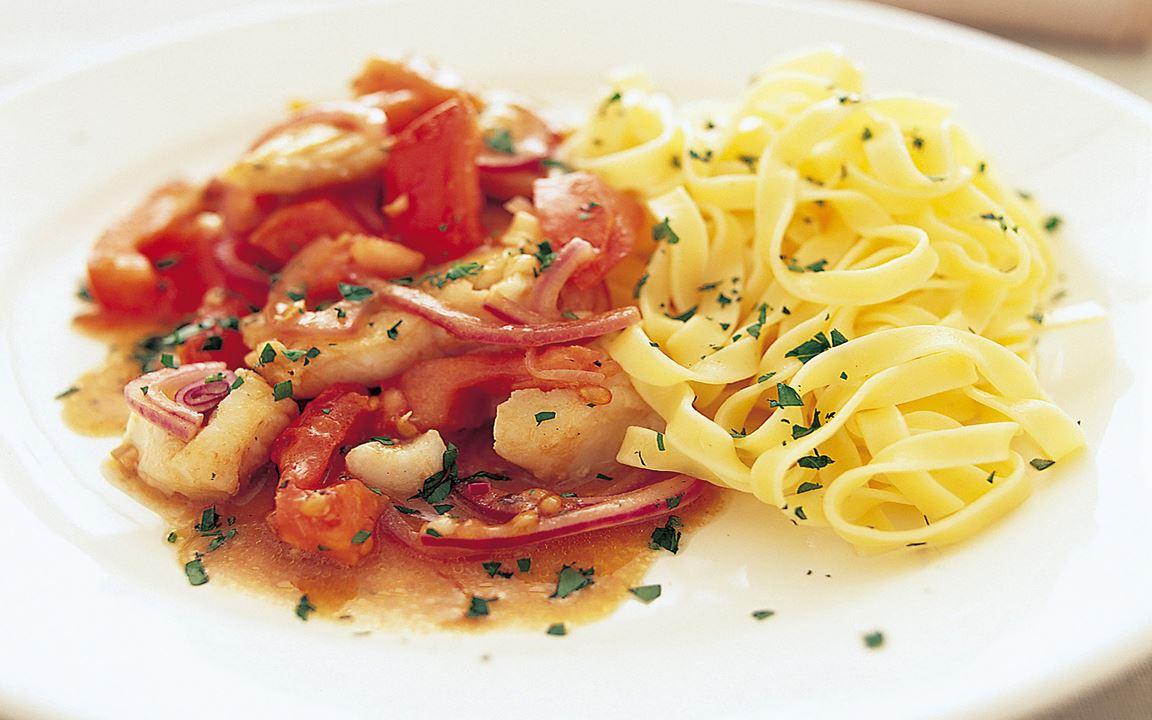 Fisk med varm tomatsallad