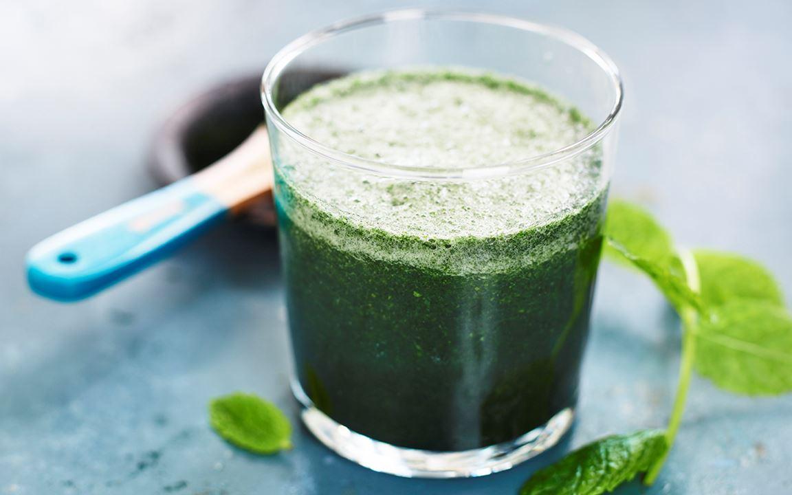 Grön smoothie med mynta och spirulina