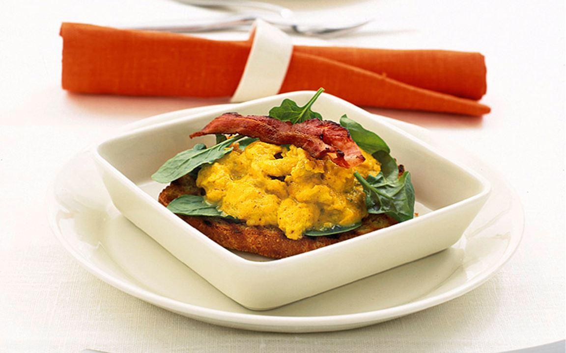 Äggröra med bacon och curry