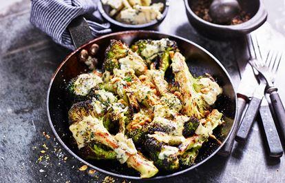 Grillad brocolli med blåmögelost och rostade hasselnötter