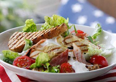 Club sandwich med grillad kyckling och sallad