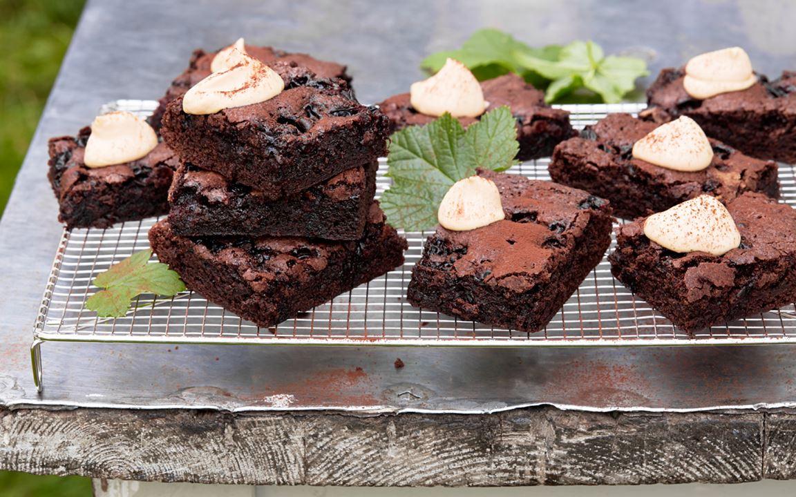 Chokladrutor med svarta vinbär och kolagrädde