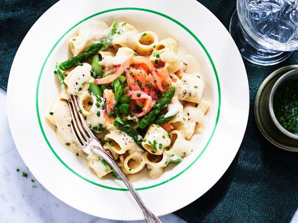 Pasta med sparris och lax