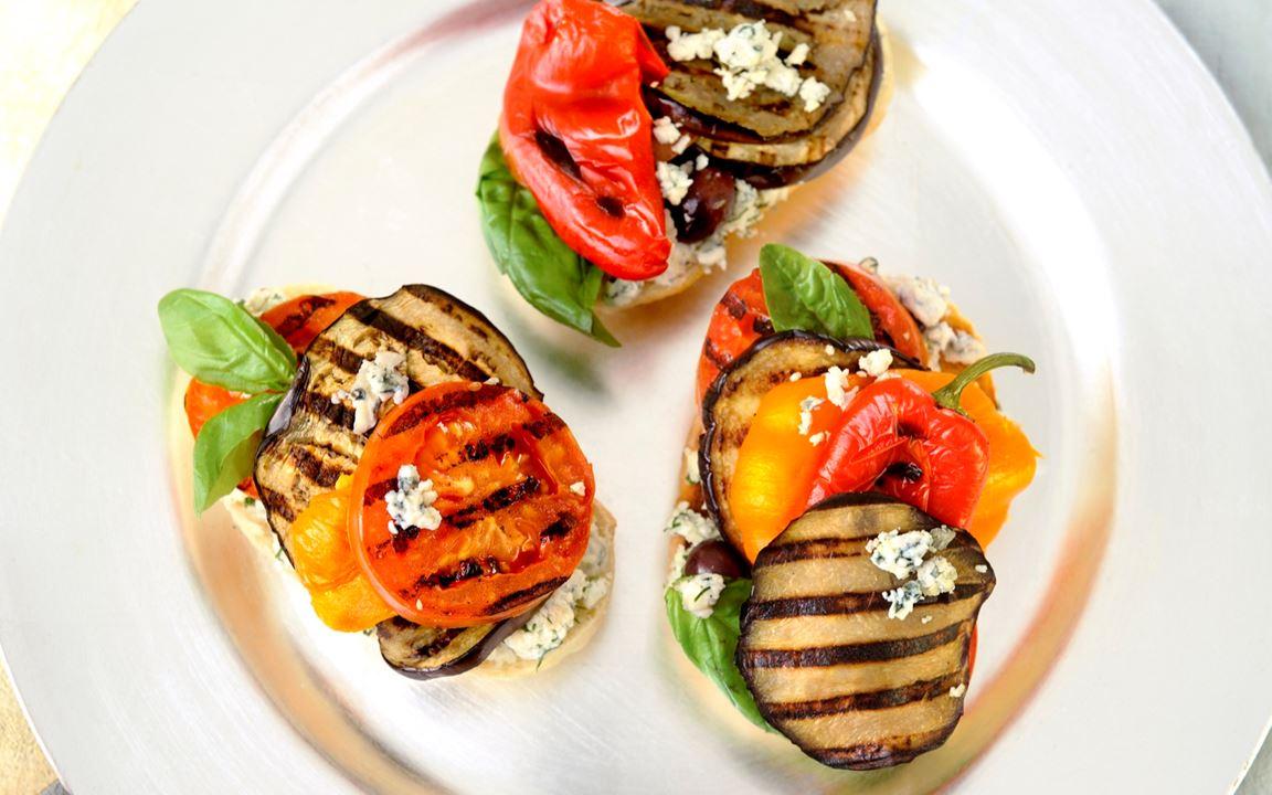 Grillad aubergine med blåmögelost och tomat