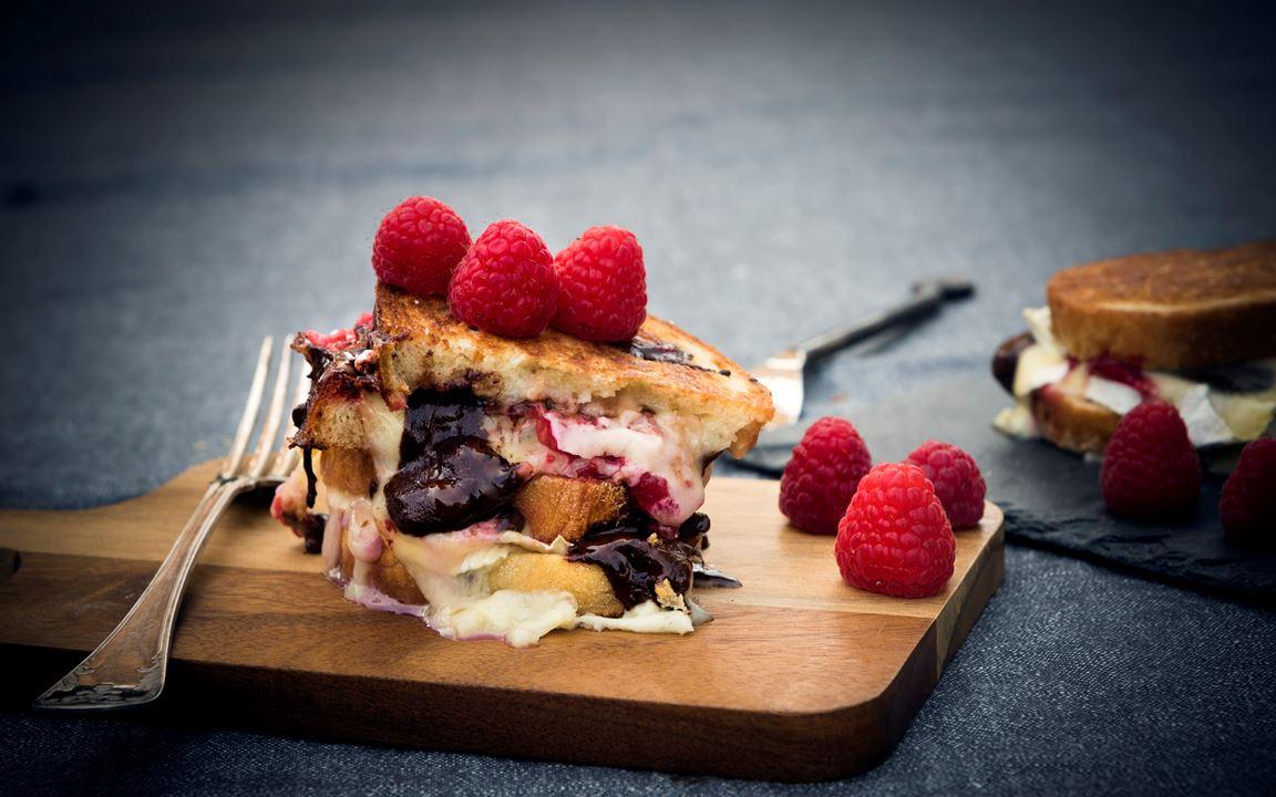 Grilled Cheese Sandwich med brie, hallon och choklad