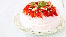Glasstårta med jordgubbsglass