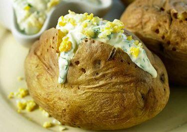 Bakad potatis med ägg och örtröra