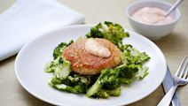 Risottobullar med broccolisallad och rosa sås