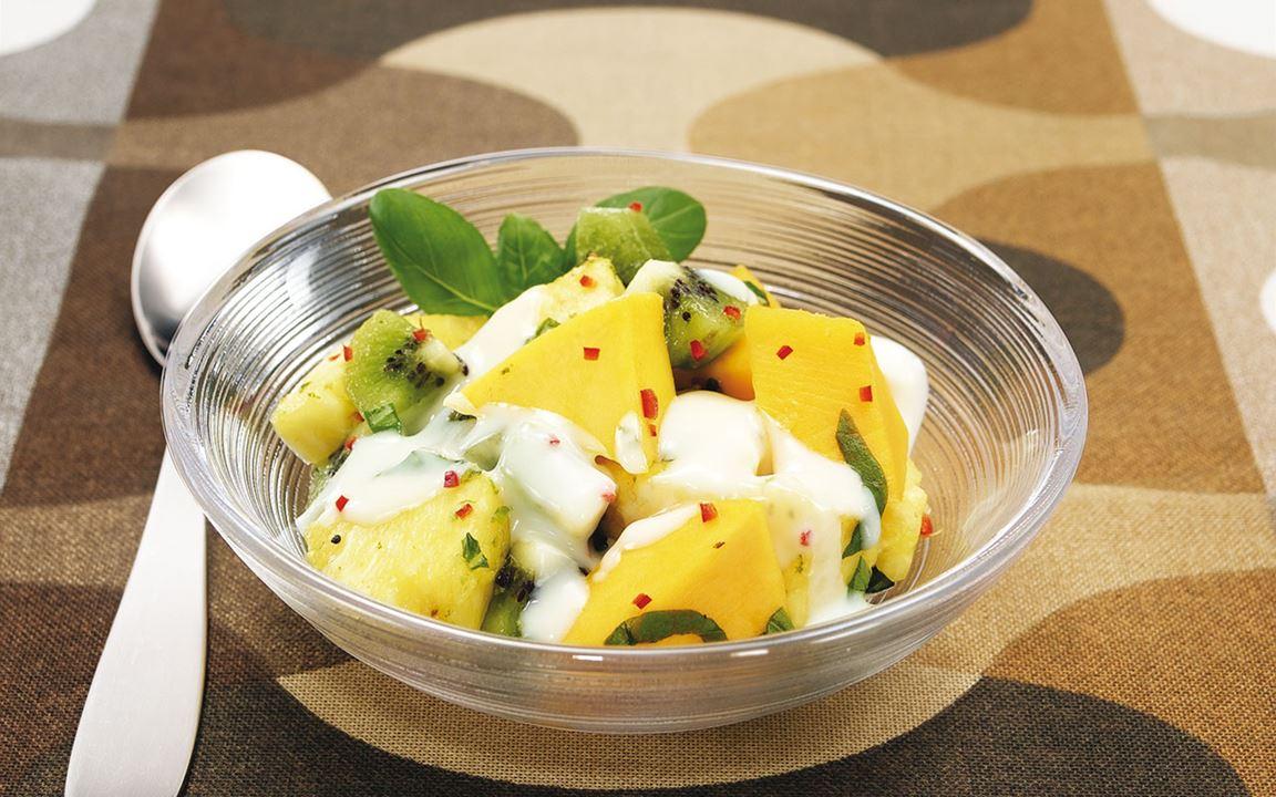 Exotisk fruktsallad med vit kokoschokladsås