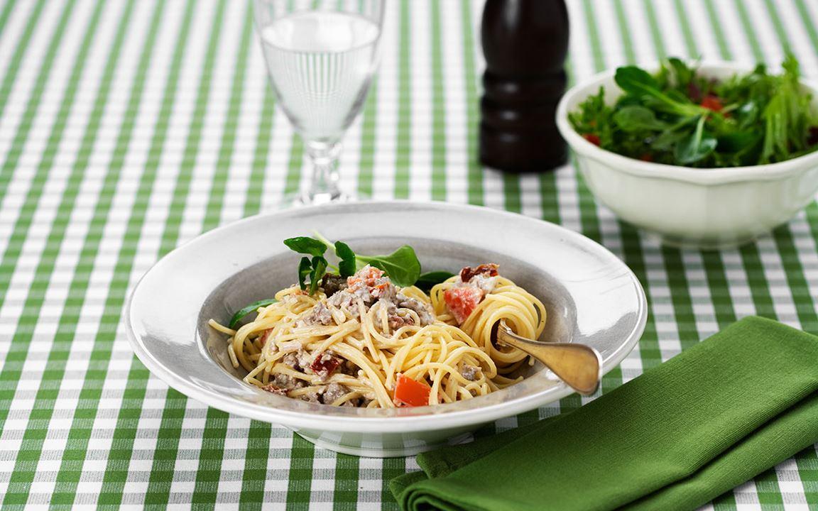 Köttfärssås med tomat- och fetaostkräm