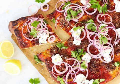 Turkisk pizza med lammfärs och syrad rödlök
