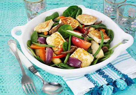 Grillad halloumi med ugnsbakad frukt- och grönsakssallad