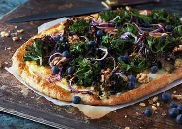 Grönkålspizza med färskost och blåbär