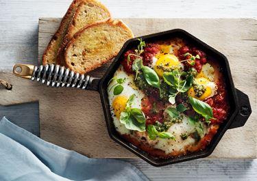 Tomatgryta med ägg och pesto