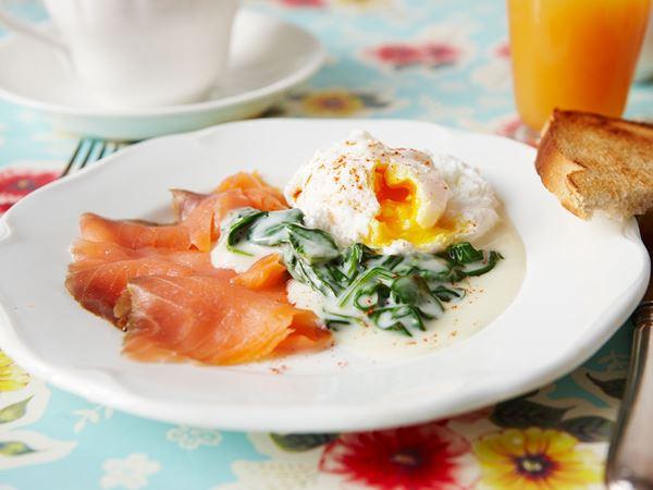 Pocherade ägg med lax och citronsås