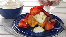 Rostad sockerkaka med jordgubbar och grädde