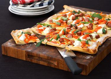 Pizza med kabanoss och smetana