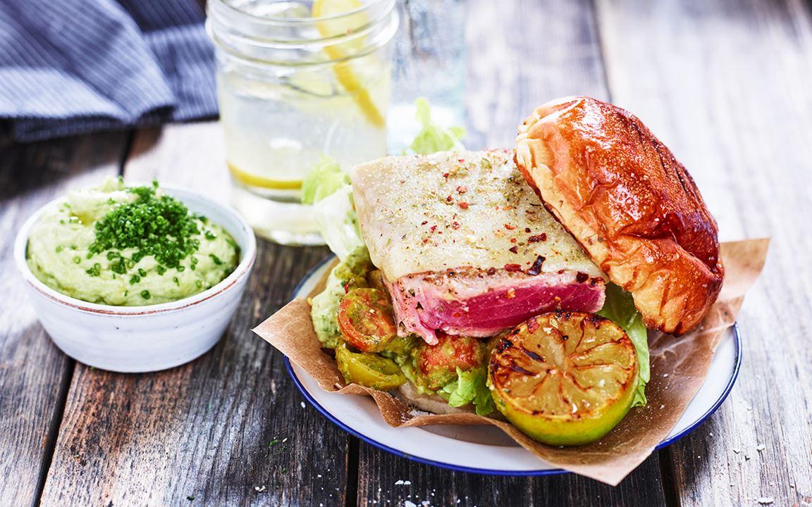 Grillad tonfisk med avokado- och chilikräm och salsa fresca