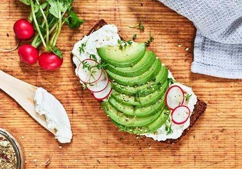 Rågsmörgås med färskost och avokado