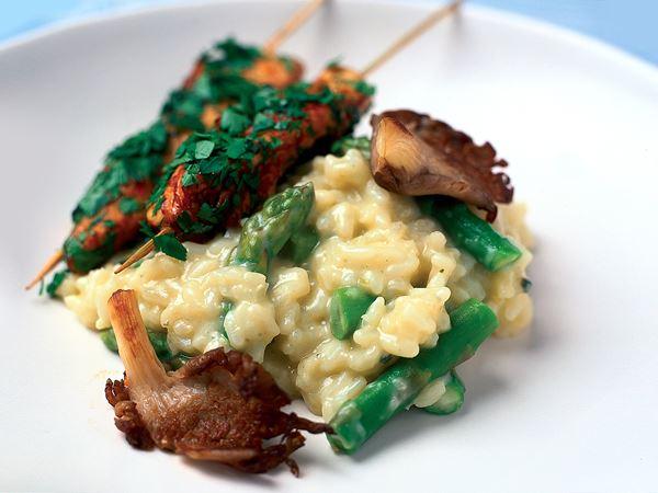 Himmelsk risotto med örtkryddade kycklingspett