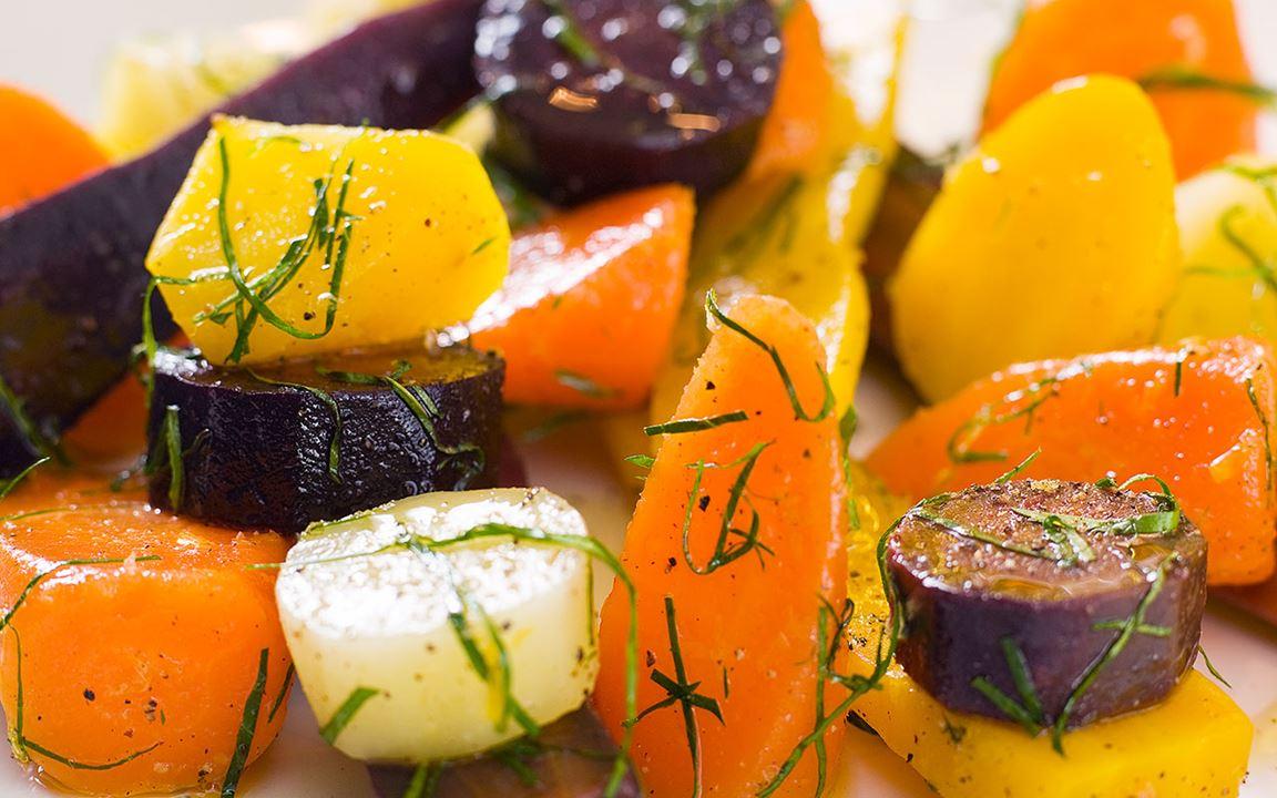 Färgglada morötter med persilja