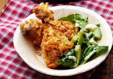 Cornflakespanerad kyckling med grönsallad